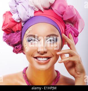 Lebensstil. Schönheit. Porträt des jungen glücklich toothy lächelnde Frau in bunte Kopfbedeckungen - Stockfoto