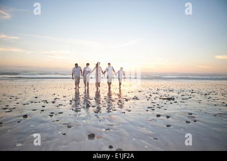 Familienholding Hände am Beach, Kapstadt, Südafrika - Stockfoto