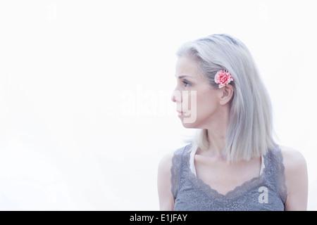 Porträt von Reife Frau mit Blume im Haar - Stockfoto
