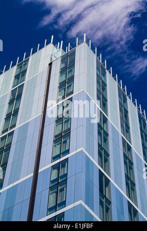 Moderne Hotelgebäude gegen den tiefblauen Himmel mit einzelnen Wolkenbildung - Stockfoto