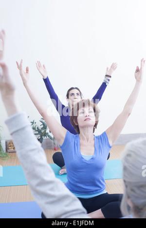 Frauen, die Yoga praktizieren - Stockfoto