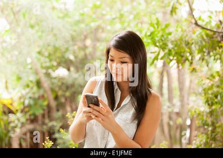 Junge Frau mit Smartphone Stockfoto