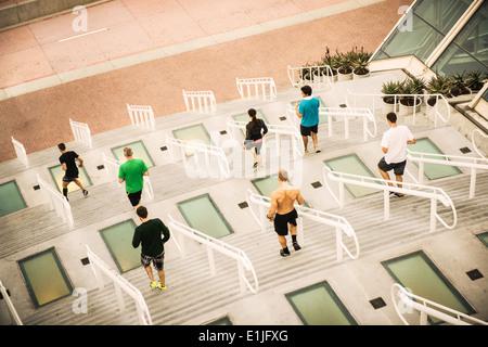 Gruppe von Läufern, die Ausbildung am Kongresszentrum Schritte - Stockfoto