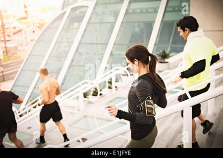 Kleine Gruppe von Läufern, die Ausbildung am Kongresszentrum Schritte - Stockfoto