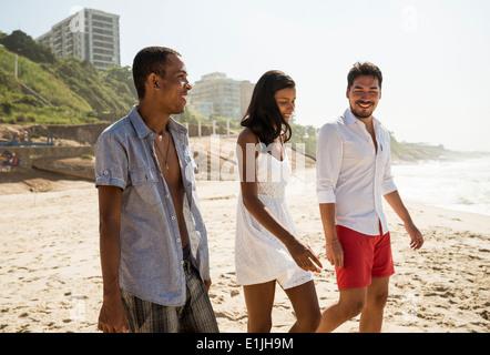Drei Freunde, ein Spaziergang am Arpoador Beach, Rio De Janeiro, Brasilien - Stockfoto