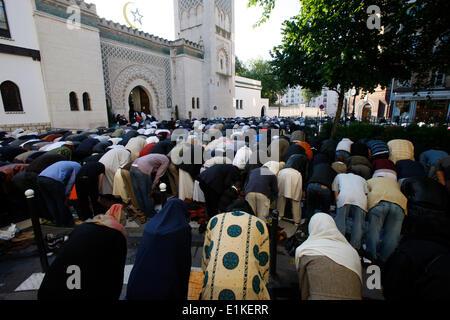 Muslime beten außerhalb der großen Moschee von Paris auf A•d El-Fitr festival - Stockfoto