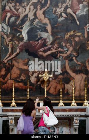Junge Besucher in Gallipoli Duomo, Apulien - Stockfoto