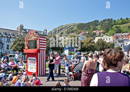 Professor Codman hölzerne leitete Follies, unterhalten die Kinder an Llandudno promenade - Stockfoto