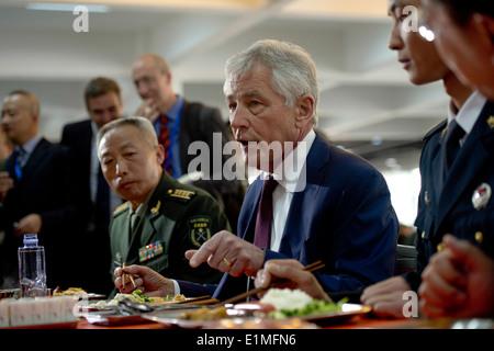 US-Verteidigungsminister Chuck Hagel, zentrieren, isst Mittagessen mit chinesischen Unteroffiziere (Unteroffiziere) - Stockfoto