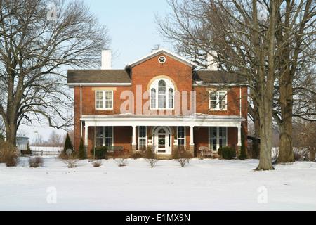 Altes Bauernhaus im Schnee. - Stockfoto