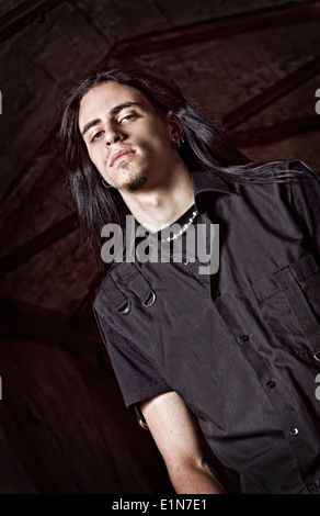 Porträt von ein hübscher junger Mann mit langen Haaren. Zurückhaltend - Stockfoto