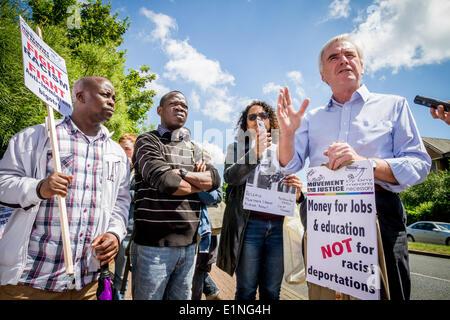 Harmondsworth Immigration Removal Centre, Middlesex, UK. 7. Juni 2014. John McDonnell MP spricht bei den Protest - Stockfoto
