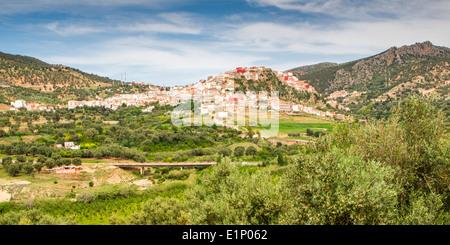 Blick von der malerischen Hügel Stadt von Moulay Idriss in der Nähe von Volubilis in Marokko. - Stockfoto