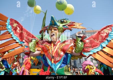 """Berlin, Deutschland. 8. Juni 2014. Mit der Gruppe """"Sapucaiu keine Samba"""" startet die street Parade während dem Karneval - Stockfoto"""