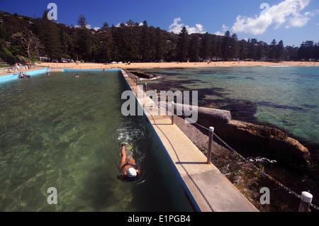 Frau, Schwimmen im Rockpool im Palm Beach, Nordstrände von Sydney, New South Wales, Australien. Kein Herr - Stockfoto