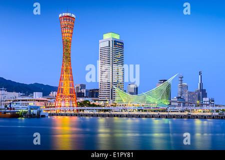 Skyline von Kobe, Japan am Hafen. - Stockfoto