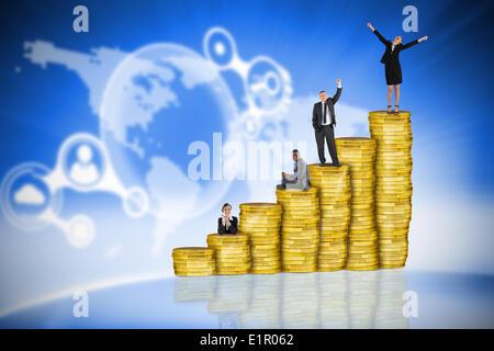 Zusammengesetztes Bild von Geschäftsleuten auf Haufen von Münzen - Stockfoto