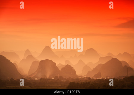 Karst Gebirgslandschaft in Guilin, Guangxi, China. Stockfoto