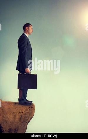 Geschäftsmann, stehen an der Kante oder Abgrund oder Rand eines Berges - Stockfoto