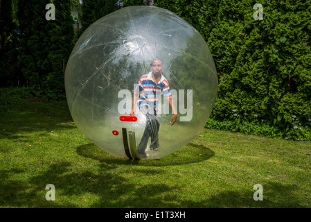 Junge in einer Blase-Kugel. - Stockfoto