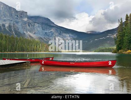 Kanus, Emerald Lake, Yoho Nationalpark, Britisch-Kolumbien, Kanada - Stockfoto