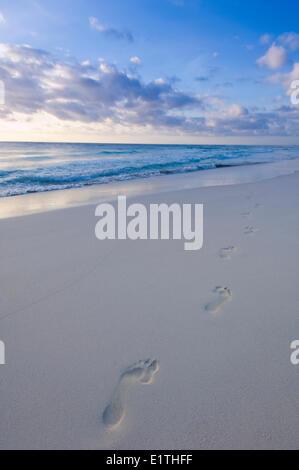 Fußspuren im Sand, Strand von Tulum, Quintana Roo, Mexiko - Stockfoto