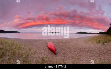 Roter Himmel im Morgengrauen in den Westen über Lake Superior auf Gargantua Bay, Lake Superior Provincial Park in - Stockfoto
