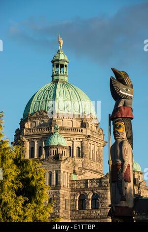 British Columbia Parlamentsgebäude Kuppel und erste Nationen Totempfahl, Victoria, Britisch-Kolumbien, Kanada - Stockfoto