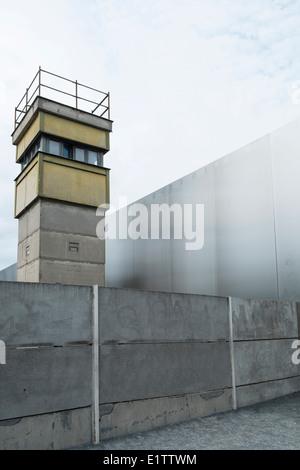 Wachturm und Wände am ehemaligen Tod Streifen der Berliner Mauer an der Bernauer Straße in Berlin-Deutschland - Stockfoto