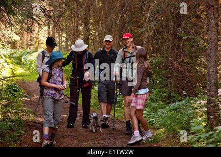 Zwei junge Familien Wandern auf Mountain Lakes Trail in der Nähe von Fernie, BC, Kanada. - Stockfoto