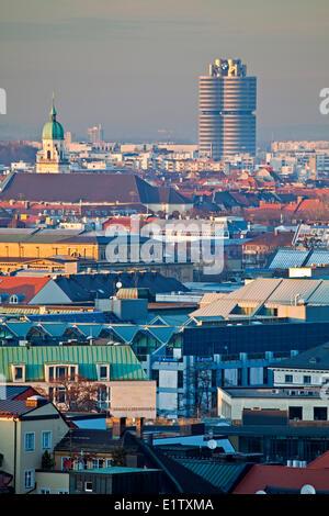 Blick über die Dächer in Richtung der BMW Gebäude in der Stadt München (München), Bayern, Deutschland, Europa. - Stockfoto