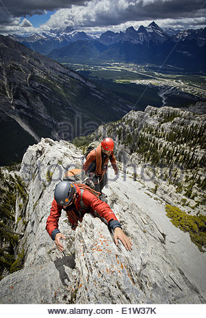 Zwei Bergsteiger am Grat des Mt. Lady Macdonald, Canmore, Alberta, Kanada. - Stockfoto