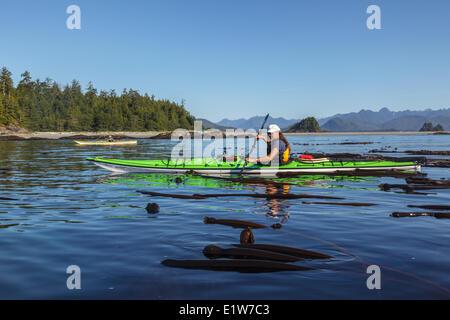 Zwei weibliche Kanuten paddeln von Bartlett Insel im Clayoquot Sound in British Columbia Kanada. Model Released