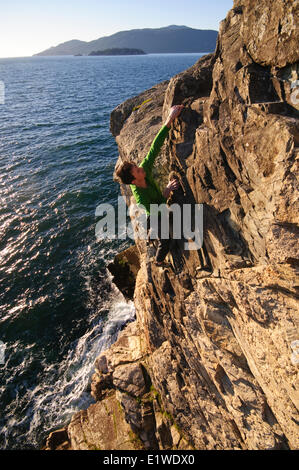 Klettern über dem Ozean am Lighthouse Park. West Vancouver, Britisch-Kolumbien, Kanada - Stockfoto