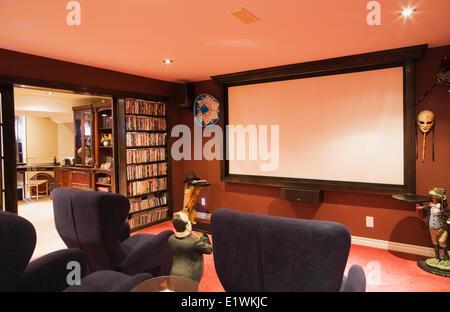 Heimkino-Raum mit Projektion Schirm bequemen Stühlen im Keller ein luxuriöses Landhaus Stil Wohn Heimat Montreal - Stockfoto