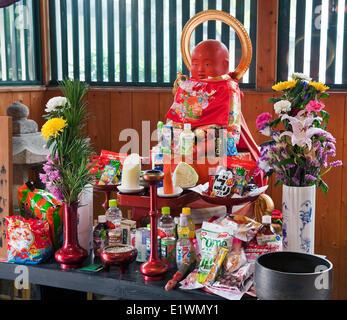 Jizo ist ein Bodhisattva in eine rote Mütze und Lätzchen geschmückt und ist umgeben von Angebote Koyasan, Japan - Stockfoto