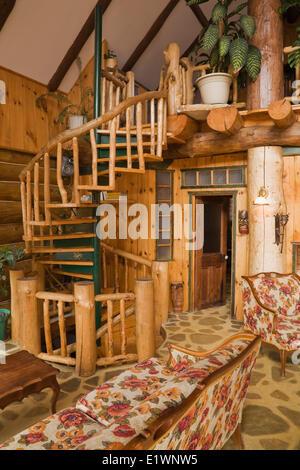 AuBergewohnlich Spiralförmigen Treppe Im Wohnzimmer Im Rustikalen Landhausstil Wohnen  Melden Sie Sich Zu Hause Quebec Kanada.