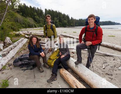 Vier Freunde posieren für ein Foto vor dem Einschiffen auf ihre West Coast Trail Abenteuer.  Bamfield Vancouver - Stockfoto