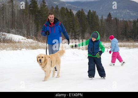 """Eine Familie und ihrem Hund Eislaufen bei """"The Marsh"""" in der Nähe von Valemount, Thompson Okanagan Region, Britisch - Stockfoto"""