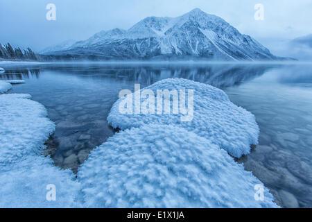 Winter setzt sich im am Kathleen Lake im Kluane National Park. König Thrones ist Parrtly in Wolken und Nebel eingehüllt. - Stockfoto