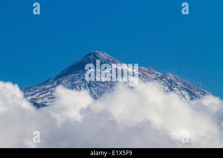 Gipfel des Mount Teide über den Wolken auf Teneriffa auf den Kanarischen Inseln, Spanien - Stockfoto