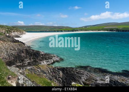 Rückblick über die Tombolo aus St Ninians Isle nach Süden Festland Shetland Schottland. - Stockfoto