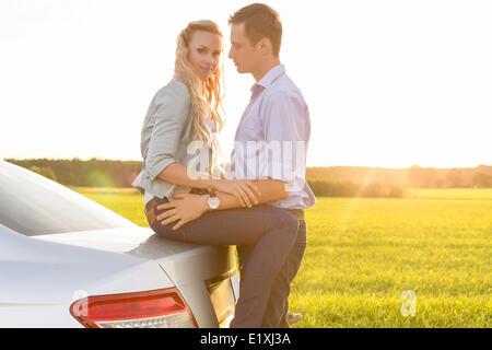 Seitenansicht des romantischen junges Paar mit dem Auto auf Land