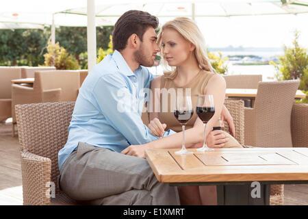 Romantische Pärchen verbringen Zeit im Restaurant unter freiem Himmel - Stockfoto