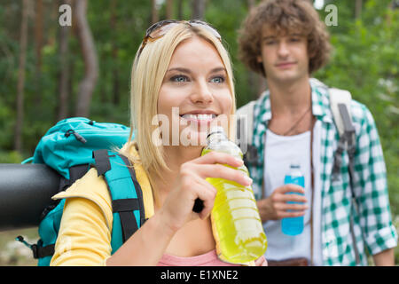 Wandern paar mit Energie Getränke im Wald - Stockfoto
