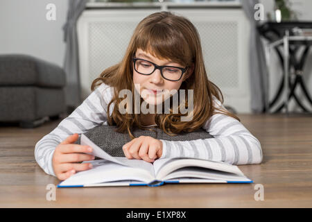 Teenager-Mädchen Buch liegend am Boden zu Hause - Stockfoto