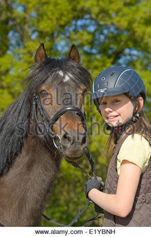 10-jähriges Mädchen und Welsh Pony - Stockfoto