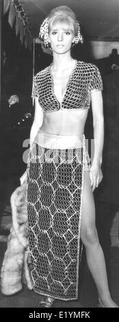 "London, UK, UK. 14. April 1967. Model, Schauspielerin VICKI HODGE bei der Filmpremiere von ""Casino Royale"" im Odeon - Stockfoto"
