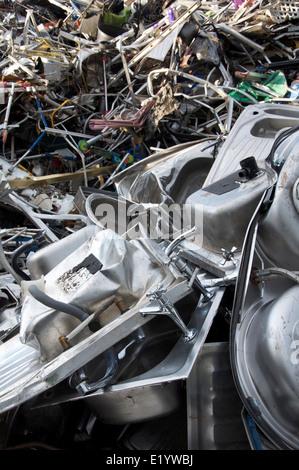 Wiedergewonnene Metalle. Haufenweise Haushalt Schrott Recycling, mit ...