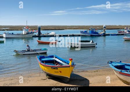Portugal, der Ost-Algarve, Santa Luzia Angelboote/Fischerboote und Dorf in der Nähe von Tavira - Stockfoto